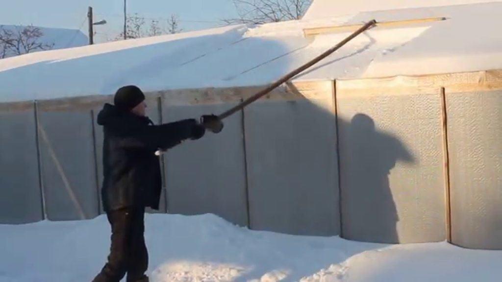 Чистка теплицы от снега